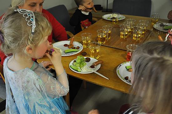 Vappuhipoissa juotiin simaa ja syötiin herkkuja.