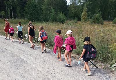 Lapsen menossa uimaan Mummilan leirillä.