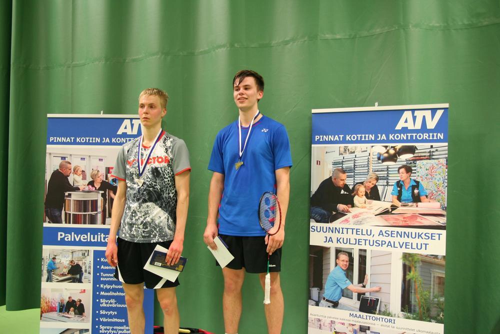 Korkeimmalla korokkeella miesten kaksinpelin valioluokan voittaja Valtteri Nieminen (Clear) vierellään hopeaa napannut Joonas Korhonen (Badminton United)!