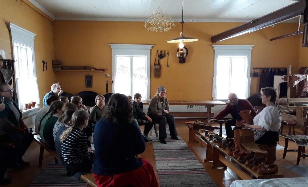 """Rovaniemen kotiseutumuseolla testattiin """"Suutarin tarinaa"""" museo-opastuksena. Rovaniemen matkailuoppaiden Kaija Sälevä kertoi suutarin työstä ja välineistä. Mukana myös kyläsuutarin poika Martti Niemi."""