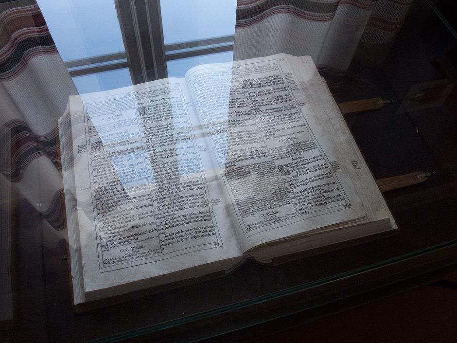 Kotiseutumuseossa on yksi kolmesta Bibliasta Rovaniemellä.