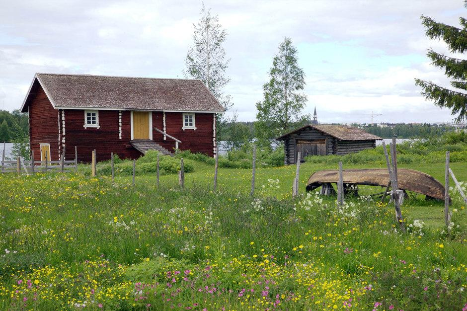 Venehuone on siirretty Tapionkylästä Kantolan talosta.