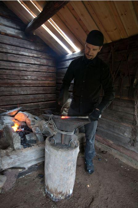 Seppä Jouni Kuukasjärvi takomassa restauroidussa maasepän pajassa syyskuussa 2016.