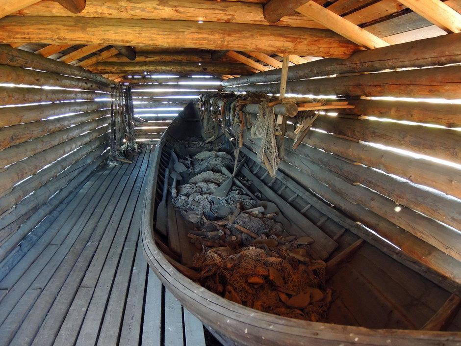 Veneen pohjalla on kolme inaa, liikkuvaa nuottapyydystä.