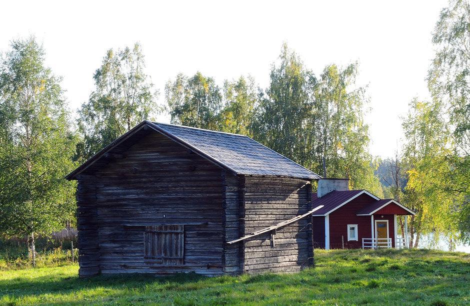 Riihi ja taustalla nk. Kemiyhtiön sauna.