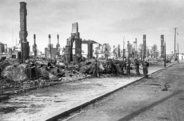 Näkymä Maantiekadulta (ny. Valtakatu) Lapin sodan jälkeen, 1944-1945. Kuva:  Werner Öhrling / Kotiseutuyhdistys Rovaniemen Totto ry.