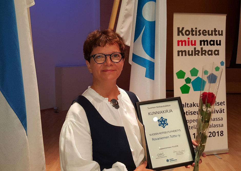 Totto-aktiivi Eeva-Liisa Ylinampa vastaanotti kunniakirjan Totto ry:n valitsemisesta vuoden kotiseutyhdistykseksi (2018).