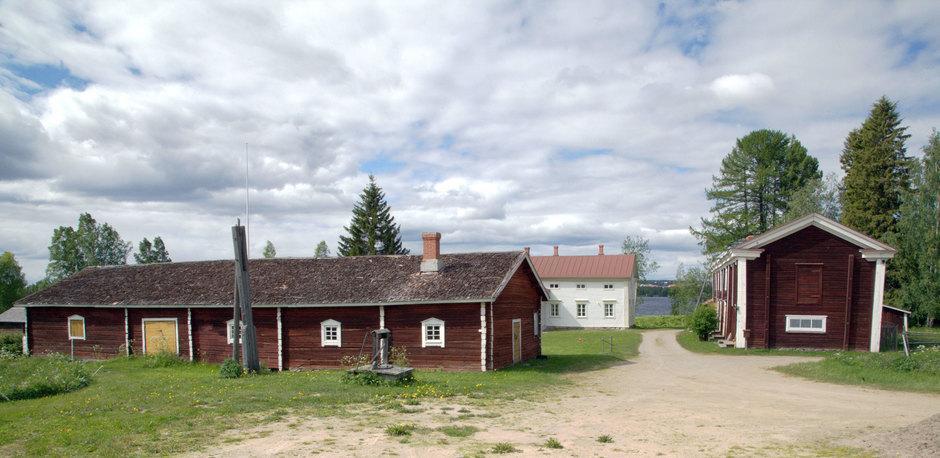 Navetta vasemmalla. Oikealla oleva rakennus on puovi.