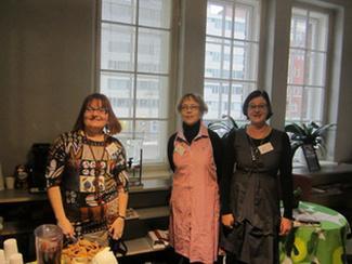 Mukavaa oli ja yhteistyö sujui mallikkaasti, miettivät Maija, Sari ja Suvi Lainanpäivänä Kallion kirjastossa.