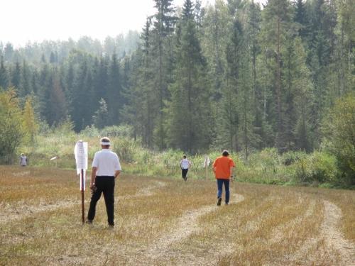 Viitoitus lähtöihin kulkee aluksi keskellä peltoa ja sitten hidaskulkuisessa maastossa