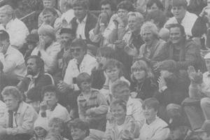 Yleisöä Viinijärven Pallokentällä kesällä 1985