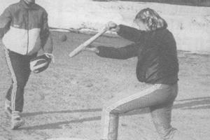 Marjut Huhtakangas harjoittelee kierrenäpäystä