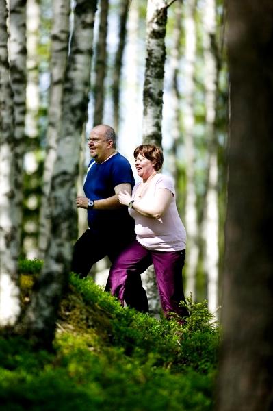 Mies ja nainen metsälenkillä.