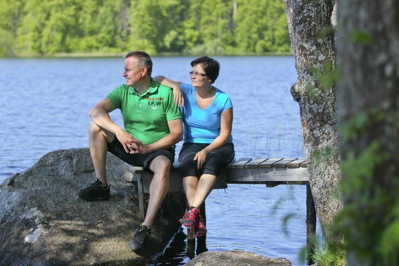 Mies ja nainen laiturilla istumassa.