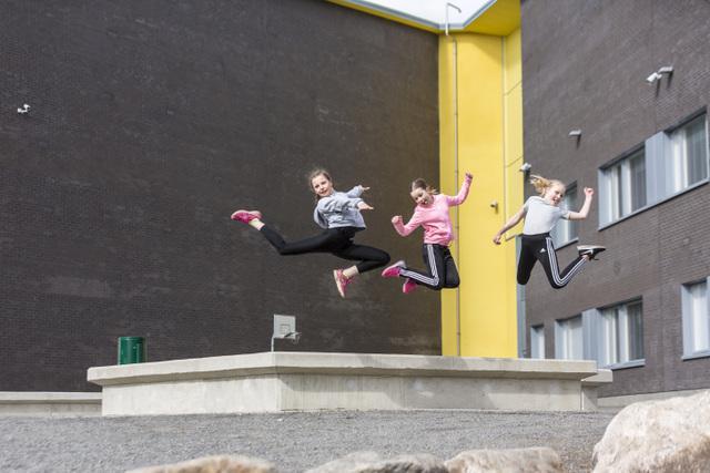 Tyttöjä hyppimässä.