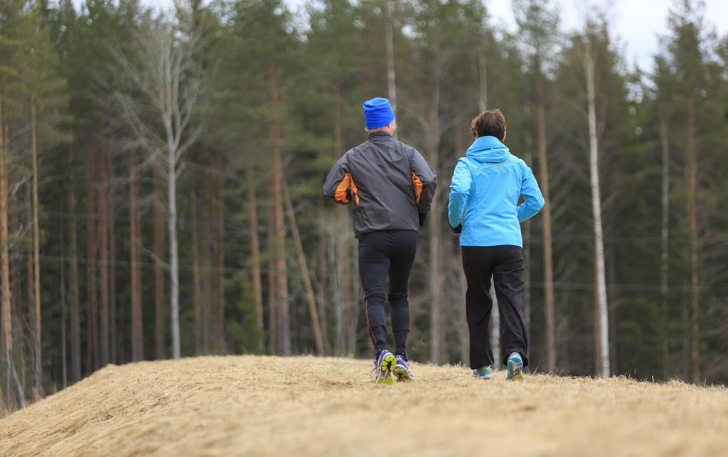 Mies ja nainen lenkillä.