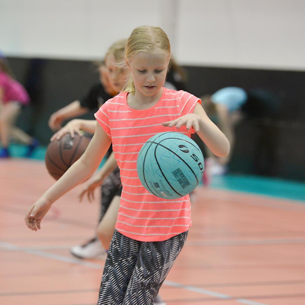 Lapsia pelaamassa koripalloa.