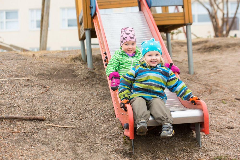 Kaksi lasta liukumäessä.