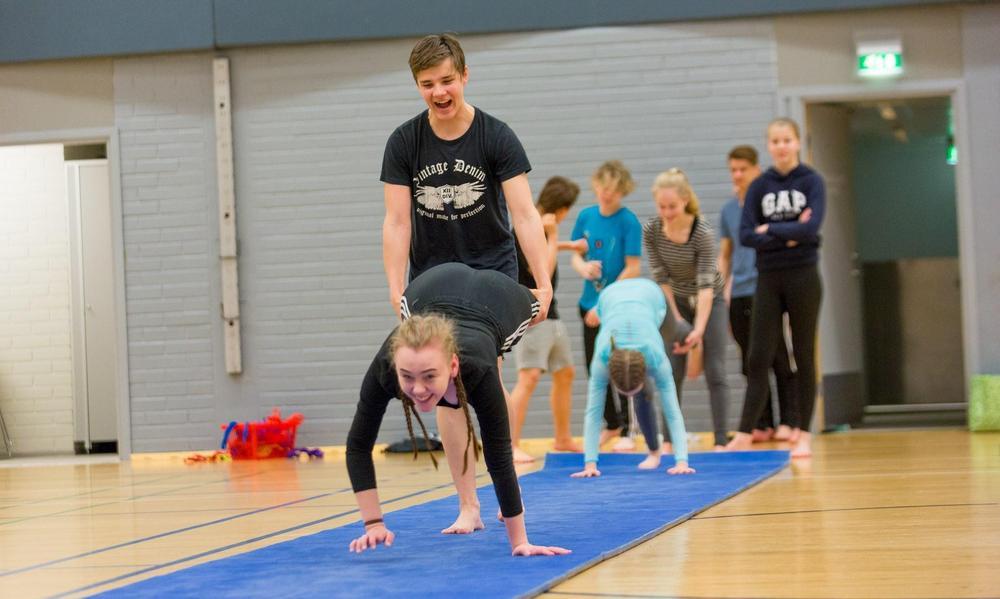 Yläkoululaisia harjoittelemassa kehonhallintaa.