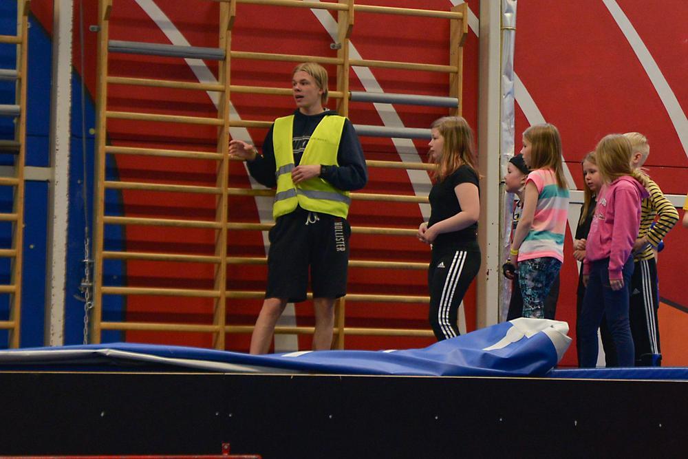 Liikunnanohjaaja ohjaamassa nuoria.