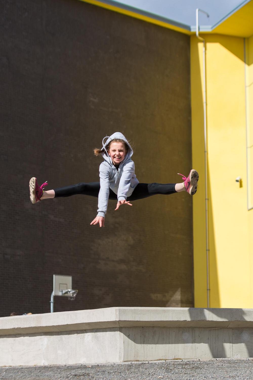 Tyttö poseeraa hypäten.