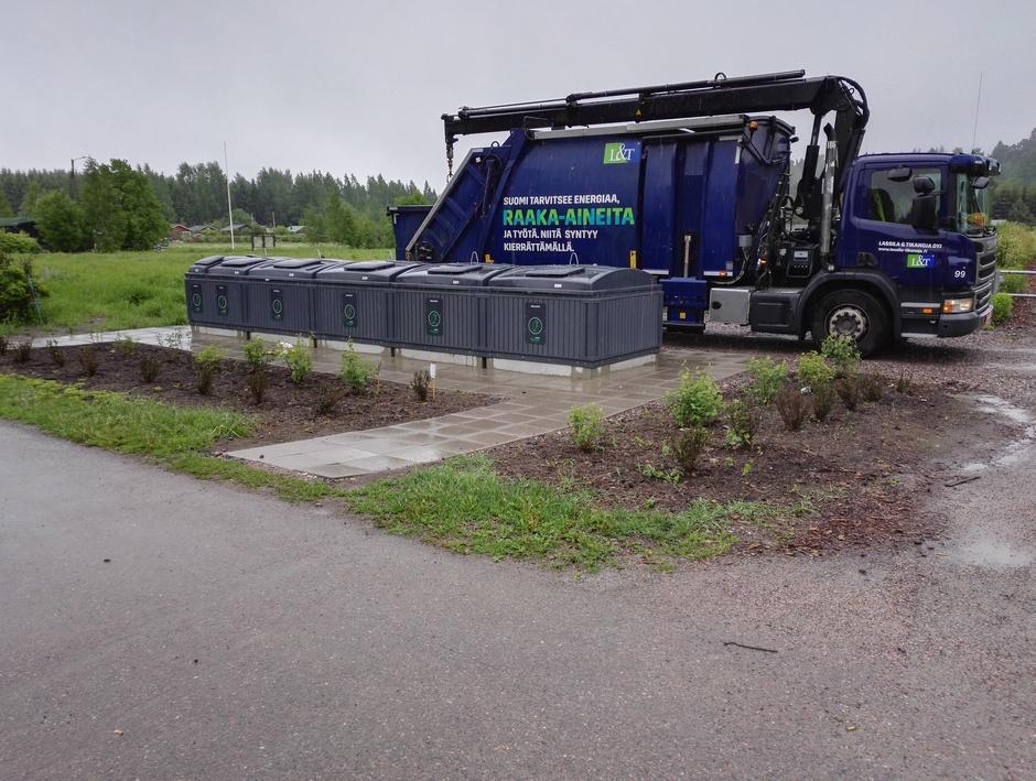 Kuvituskuva: jäteauto tyhjentää Molok-roskiksia