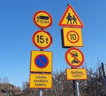 Autoilua alueella on rajoitettu. Vain huoltoajo sallittu, nopeusrajoitus 10 km/h, ajoneuvon maksimipituus 12 metriä ja paino 15 tonnia, luvaton pysäköinti kielletty, varokaa lapsia!