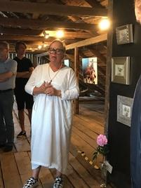 Annika Wiland Stendebakken kertoo näytteillä olevista töistään.