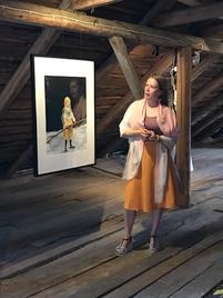 Kaski, akryyli/puuväri, Irja-Liisa Kiiskinen (kuvassa).