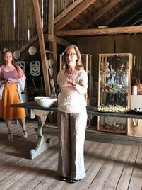 Jenni Linnove avaa näyttelyä keramiikkastudionsa vintillä.
