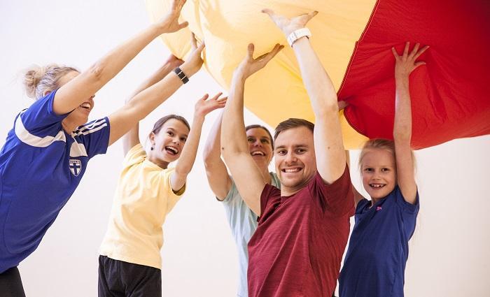 Lapsia ja aikuisia kannattelemassa ilmavaa palloa.