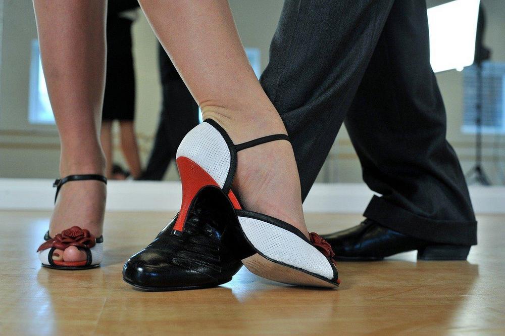 Kuva tanssiparin jaloista.