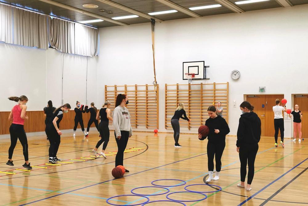 Oppilaita liikkumassa liikuntasalissa.