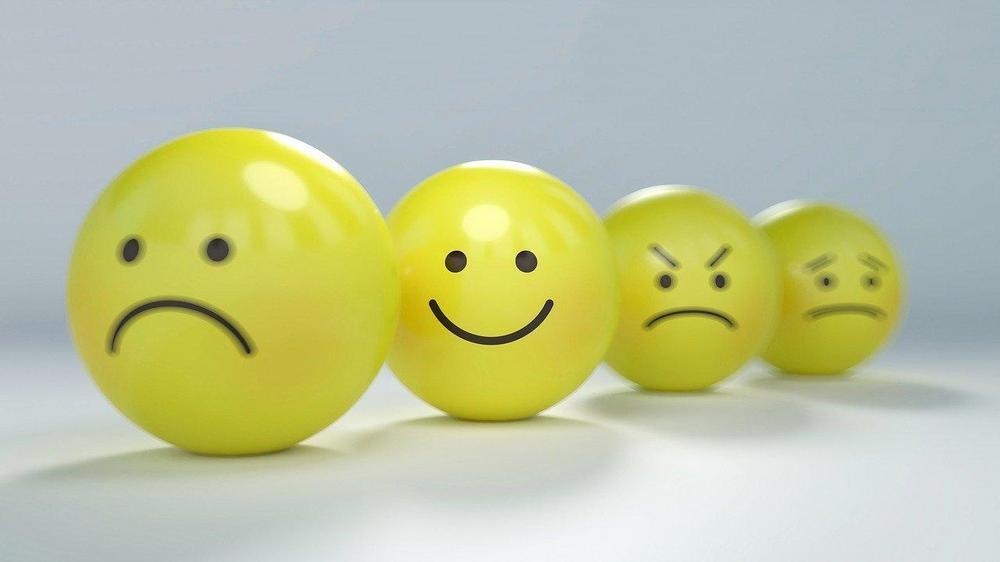 Hymynaamoja eri ilmeillä.