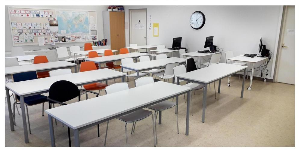 Luokan 205 pöydät järjestettynä riveiksi, taustalla asiakastietokoneita.