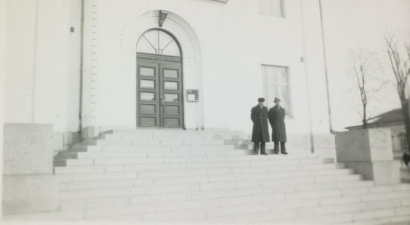 Kirjaston pääovi ja jykevät portaat muutostöiden jälkeen. Kuva: Hämeenlinnan maakunta-arkisto.