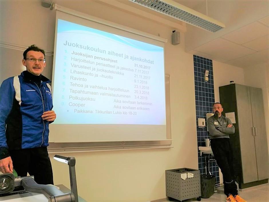 Harri Mannermaa luennoi juoksukoulun osallistujille.