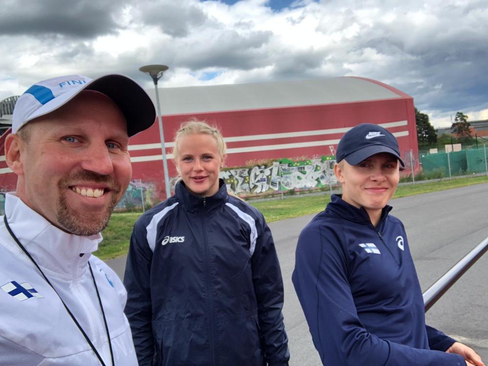 Valmentaja Pekka Kelonurmi,  Iina-Kaisa Mäkelä ja Leo Uusimäki Uppsalassa. Kuva: Pekka Kelonurmi