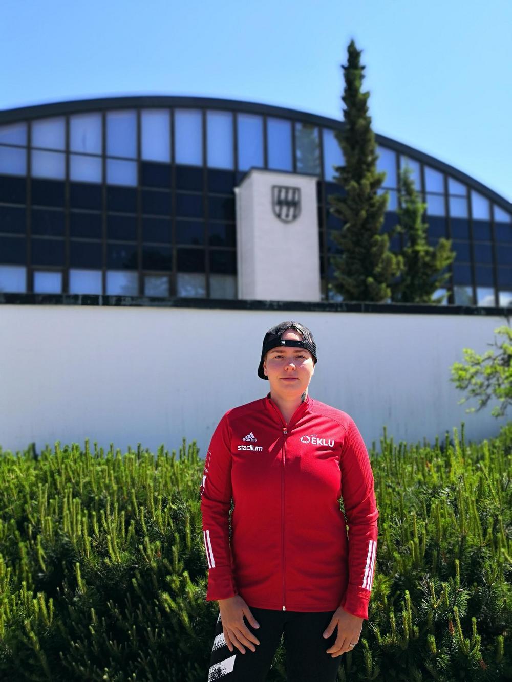 Suvi Savolainen seisoo Imatran urheilutalon edustalla