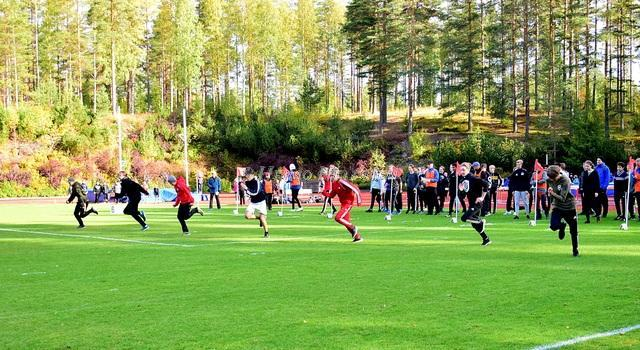 Koululaisia juoksemassa kilpaa Imatralla Karhumäen urheilukentällä