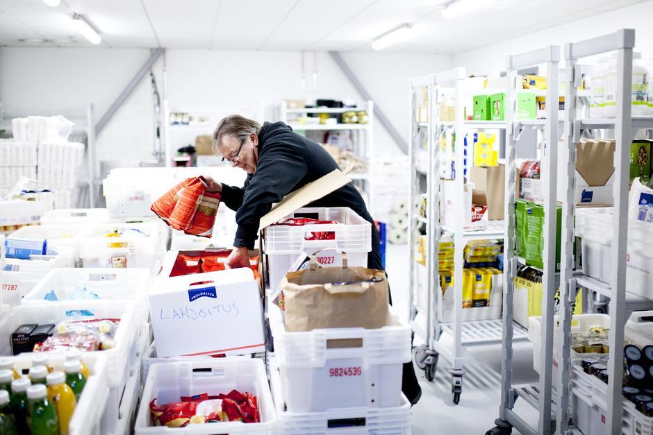 Yrityksiltä tullut ruokahävikki lajitellaan ja pakataan verkostoille jaettavaksi Yhteisen pöydän hävikkiterminaalissa.