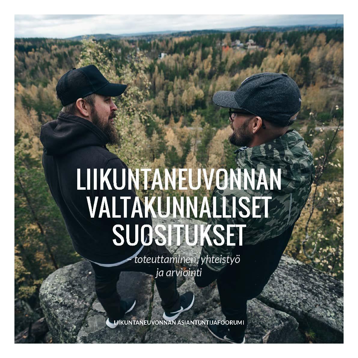 Kuvassa kaksi miestä korkealla kallion kilekkeellä. Taustalla metsää.