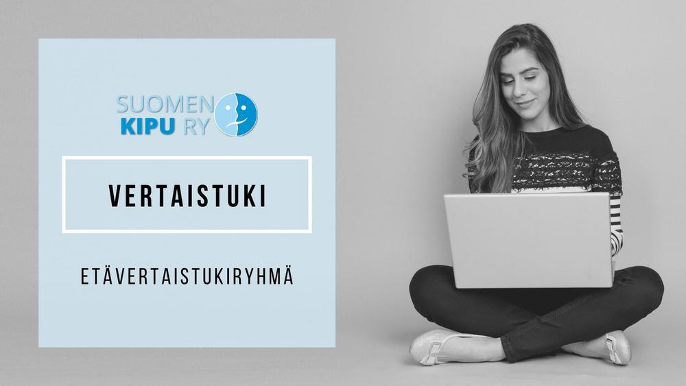 Hymyilevä nainen istuu risti-istunnassa kannettava tietokone sylissä. Mustavalkokuva. Vasemmalla puolella sininen neliö, jossa Suomen Kipu ry:n logo ja teksti: Vertaistuki, etävertaistukiryhmä.