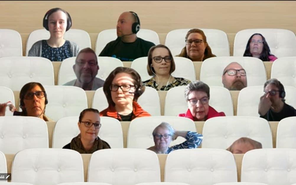 Kuva vuosikokouksesta. Osallistujat näyttävät istuvan katsomon penkeillä Teamsin yhteistilassa.