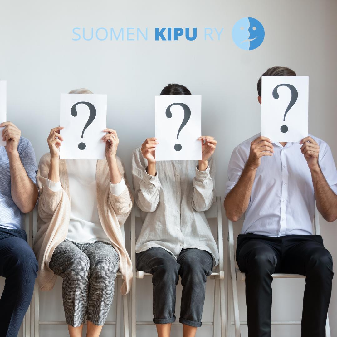 Kolme ihmistä istumassa penkeillä viereikkäin, jokainen pitää kasvojensa edessä paperia, jossa kysymysmerkki. Yläreunassa Suomen Kivun logo.