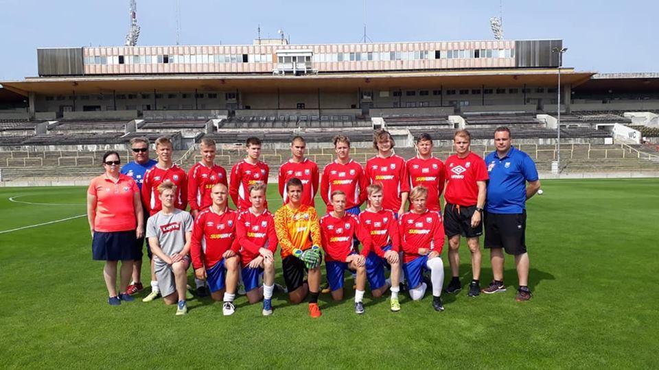 Leiriryhmä joukkuekuvassa historiallisella Strahovin stadionilla, joka toimii nykyään Sparta Prahan harjoituskeskuksena
