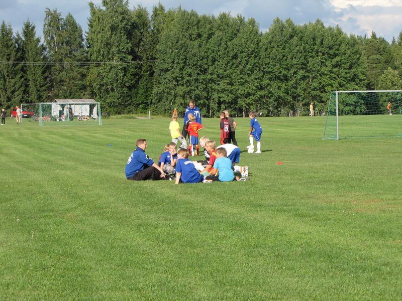 Nuorten jalkapallovalmentaja puhuttamassa pelaajiaan.