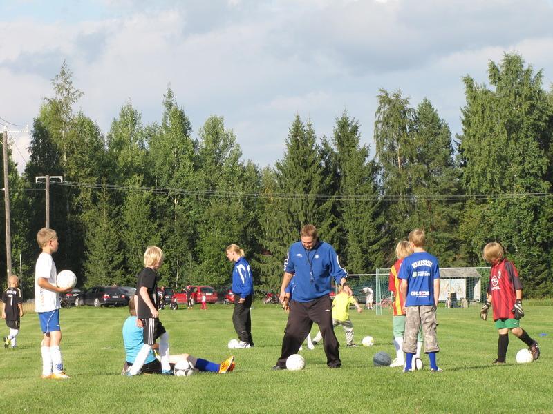 Nuorten jalkapalloharjoitukset.