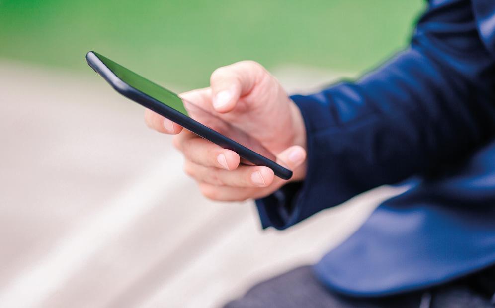 Henkilö selaamassa puhelinta.