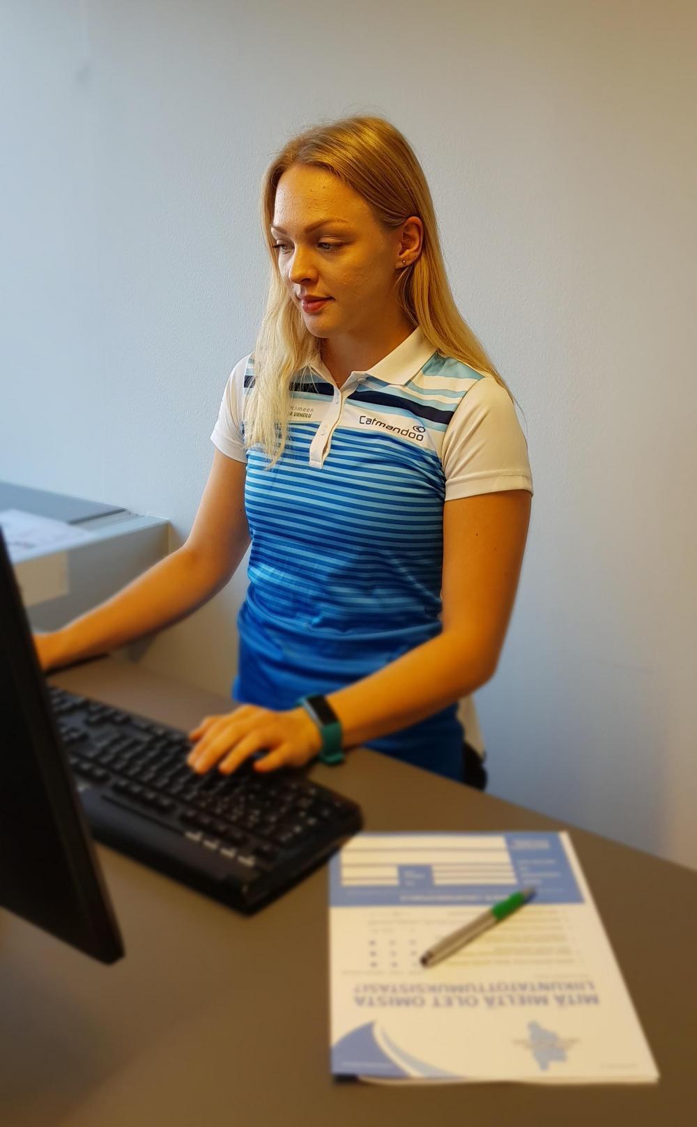 Nainen kirjaamassa testituloksia.